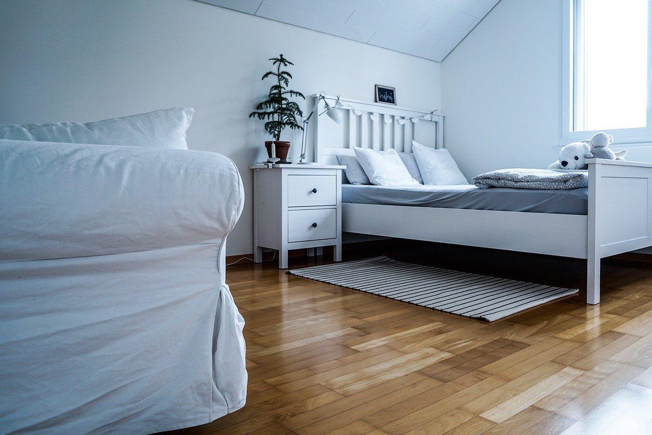 Sypialnia na poddaszu ze skosami